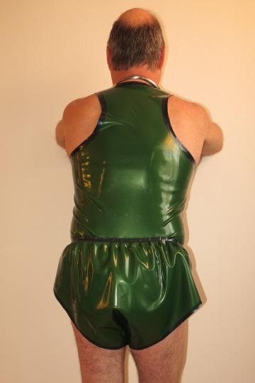 Hemd und Sprintershorts von hinten