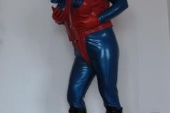 Anzug mit roten Latexbody
