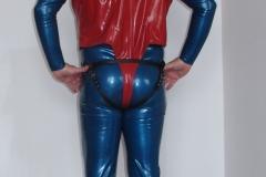 Anzug mit roten Latexbody und Lederset