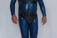 Anzug mit schwarzen Lederset und Schwanz