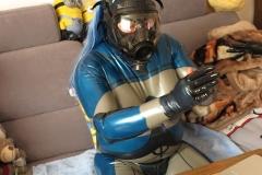 Making Of 4, Anziehen der Handschuhe