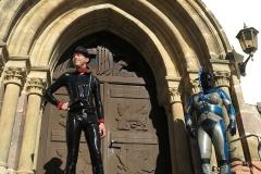 ein Alien vor der Kirche