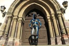 ein Alien vor der Kirchentür