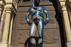 w-ein Alien vor der Kirchentür