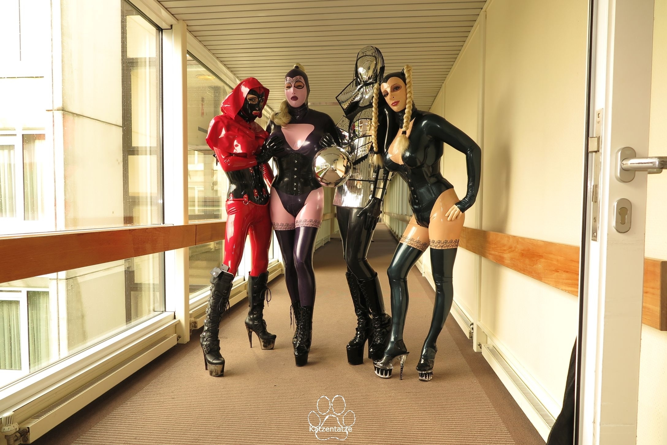 Latex Lea, die Gummipuppe, Yumi und Chrissie Seams