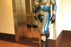 ein Alien am Fahrstuhl