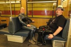 auf dem Weg zu DeMask in der U-Bahn