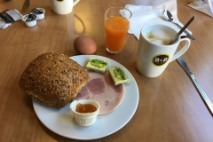 trauriges Frühstück im Hotel