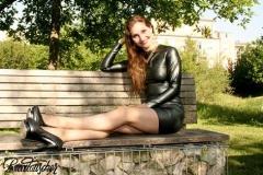 Ricci Tauscher im Kleid von Je Gilbert auf Parkbank