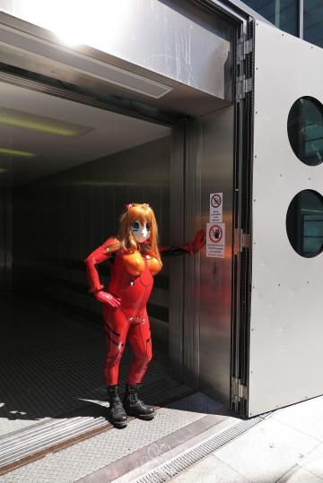 Asuka im Fahrstuhl