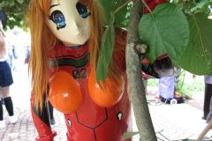 Asuka schaut aus dem Busch