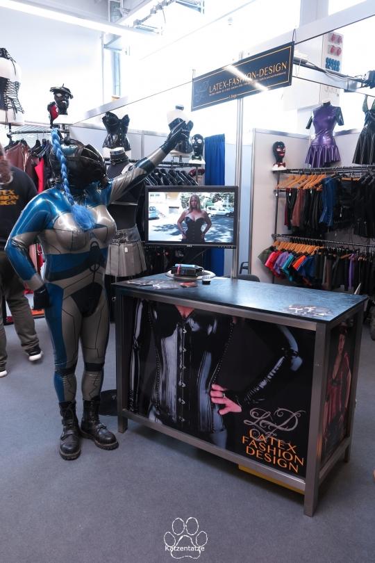 auf dem Stand von Latex Fashion Design als Alien