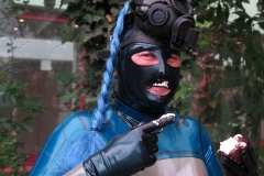 ein Mohrenkopf mit Maske zu essen tut nicht gut