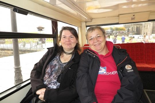 Beatrix und Petra im Bus