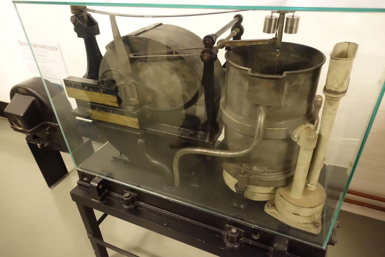 ein alter Branntweinmesser