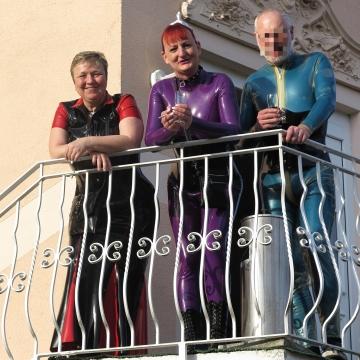 3 Grazien auf dem Balkon