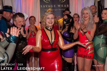 Johanna Harlequeen auf der Modenschau von Savage Wear
