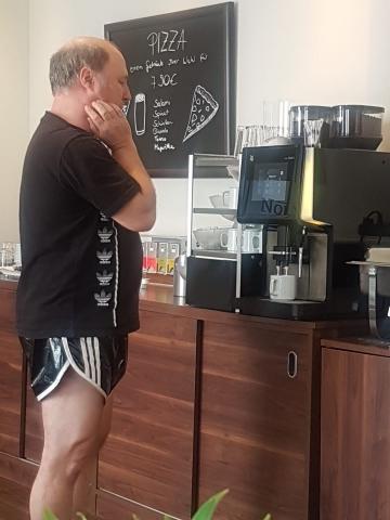 einsames Warten vor der Kaffeemaschine