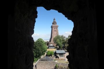 Blick auf das Denkmal vom Barbarossaturm durch den Scheisserker