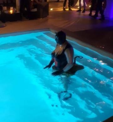 Latex_Matroschka im Pool