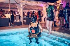 Mannomann und Latex_Matroschka im Pool