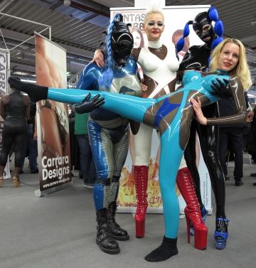 Spass mit Jule, Miss G. und Lea Anderson bei Fantastic Rubber