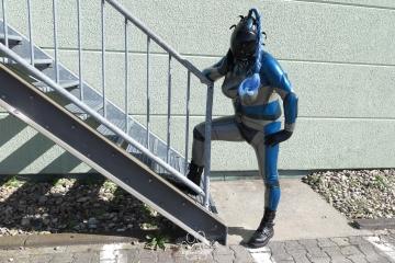 ein Alien an der Treppe