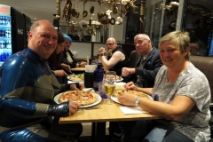 traute Runde in der Pizzeria
