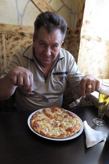 Pizza schmeckt gut, Viktor auch