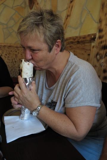 Petra beim Güdrum essen