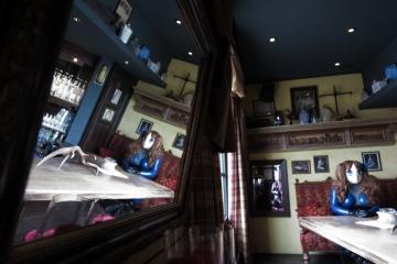 Asuka Akira Kig ganz allein in der Bar