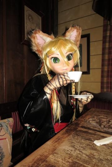 Miyuci trinkt Kaffee