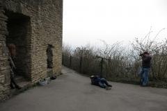 2 Fotografen liegen Majikku Kig zu Füßen