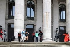 Gruppenbild mit Säulen