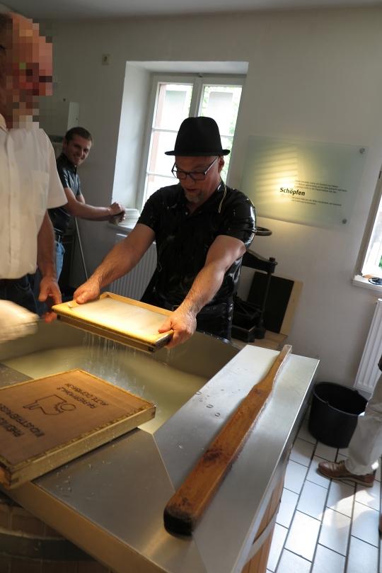 Papierschöpfen in der Papiermühle