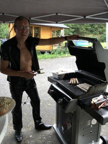 Harald beim Grillen