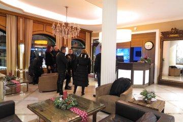 Treffen in der Lobby des Hotels