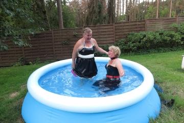Daggie und Rotkäppchen haben Spass im Pool