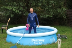 Mannomann im Pool
