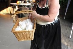 die holde Maid bietet Snack an