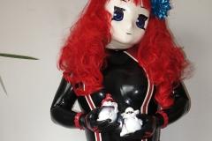 Majikku Kig im schwarzen Catsuit