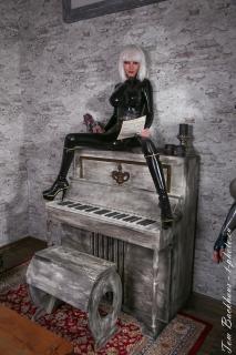Schutzengel Elena auf ihrem Klavier