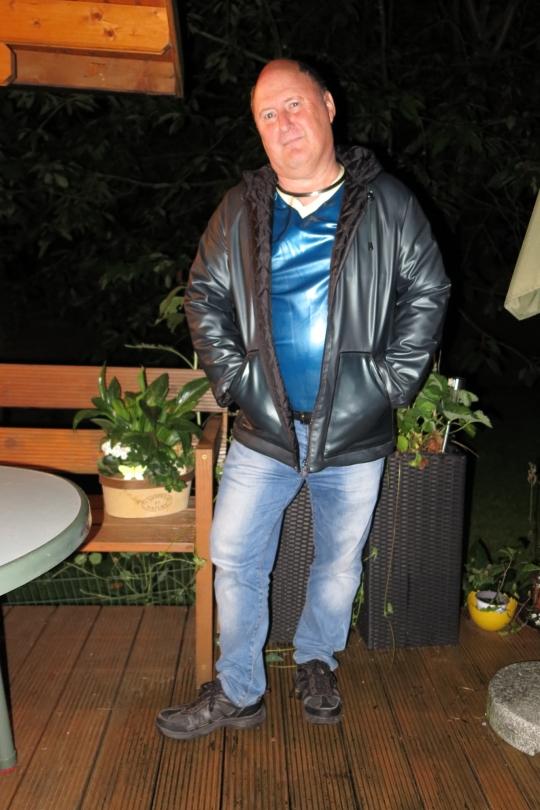 Katzentatze mit seiner Rosengarn-Jacke