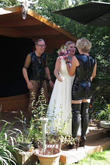 Rotkäppchen erhält den Brautstrauß