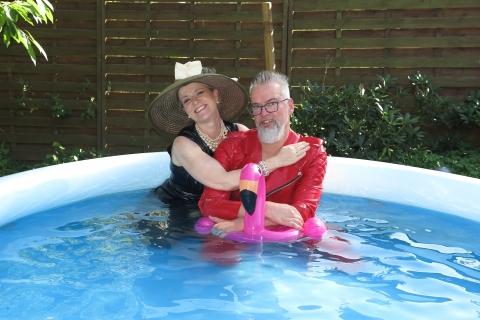 2 haben im Pool Spass