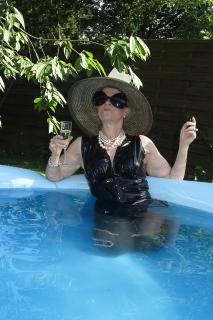 eine Lady im Pool