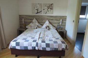 Zimmer mit Bett und ersten Bewohnern
