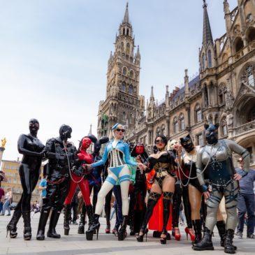Latex City Tours 2019 in München – 2 Dompteusen und ihre 13 Angeleinten haben Spaß