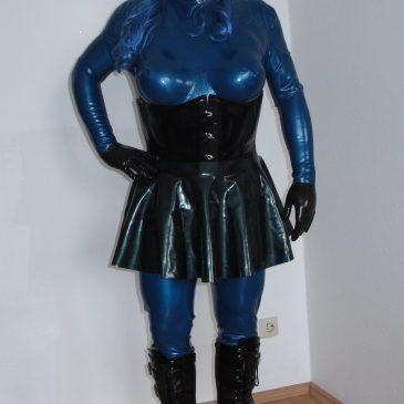 Ein BBC in metallic blau mit offenen Haar